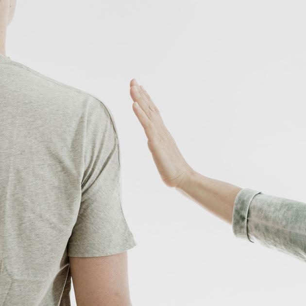Therapeutin berührt Klient in Somatic Experiencing Therapie Sitzung